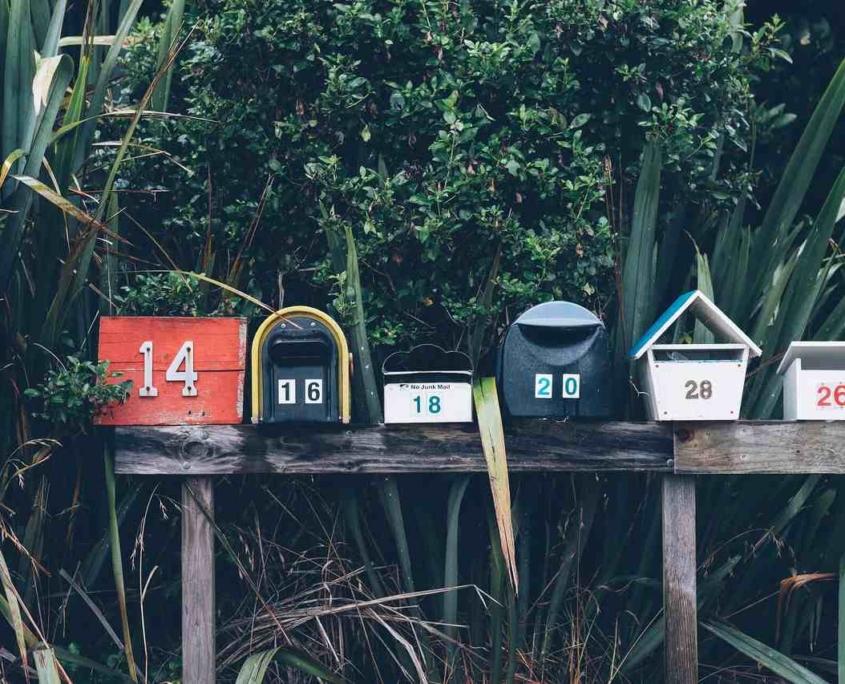 Briefkästen vor Bambus